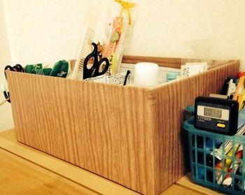 靴の空き箱に100均の木目カッティングシートを貼るだけで、ウッディな収納ボックスが完成!    お気に入りの包装紙などを糊や両面テープで貼って作っても◎