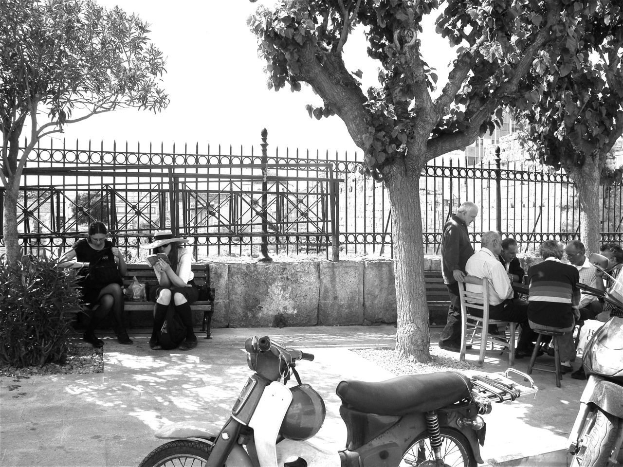 Tourists and old men playing tavli, Plaka. Photo by Alexia Amvrazi.