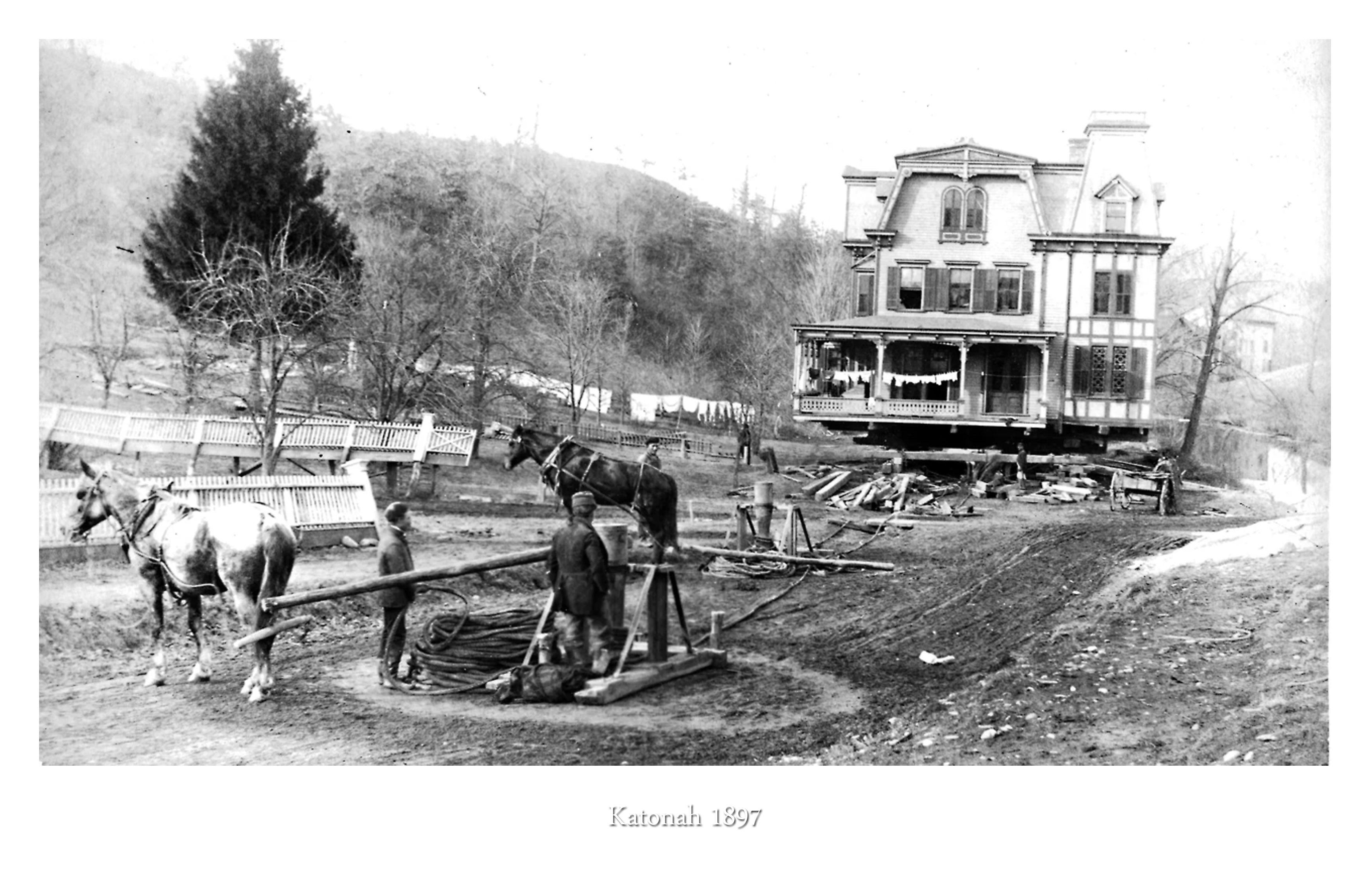 Eins von insgesamt 55 Häuser die 1897 für den Ausbau der New Yorker Wasserstraßen in Katonah (New York) verlegt wurden. Viele Bewohner lebten während des Transportes weiterhin in ihren Häusern. Heute zählen die alten viktorianischen Villen zu den begehrtesten Immobilien der USA.