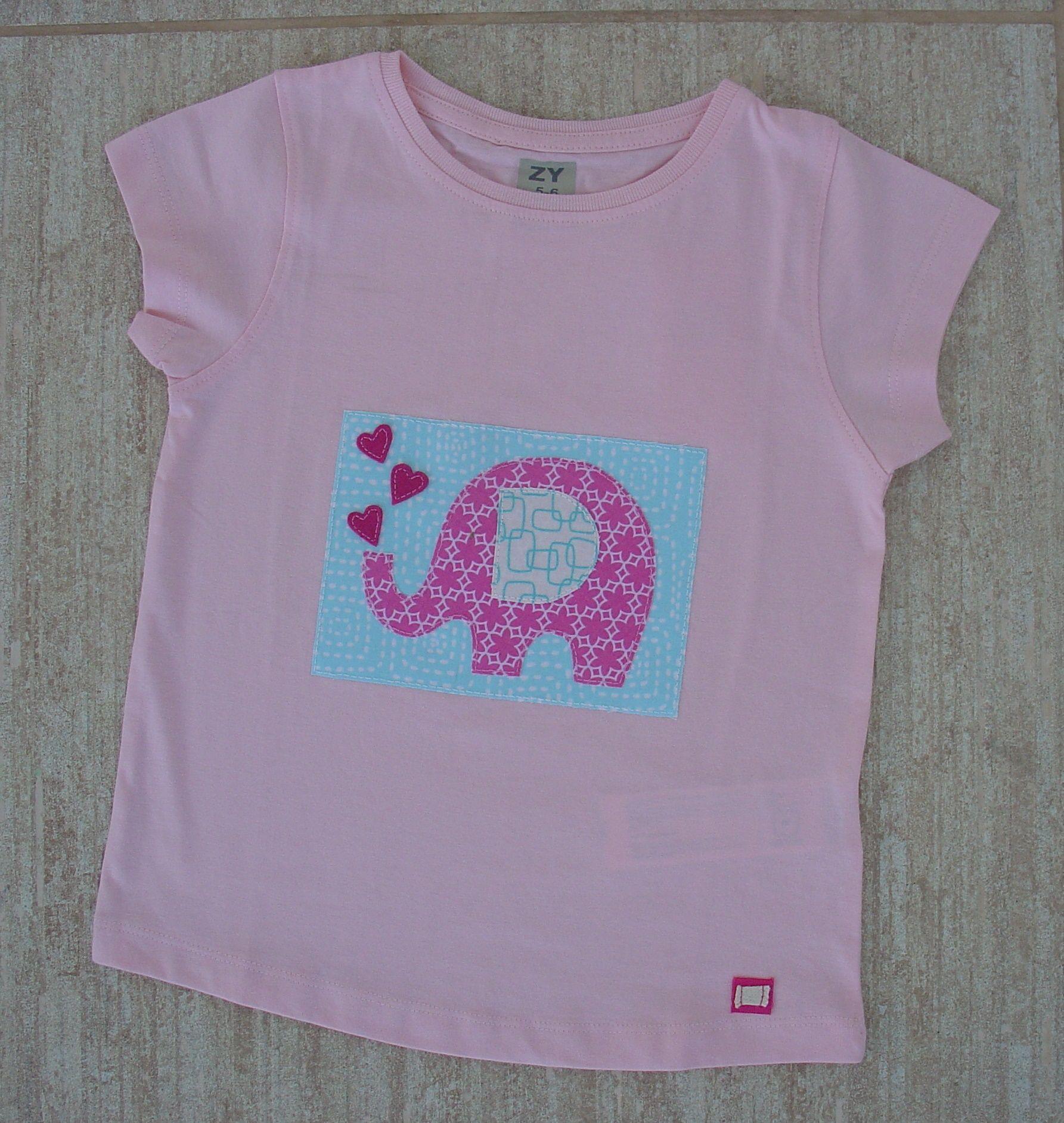 O elefante Pinky em fundo azul...
