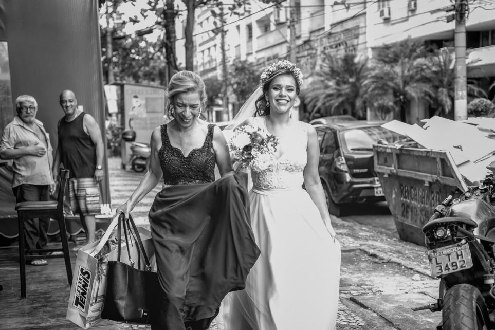 Bora casar!!! Os sorrisos das pessoas na rua quando encontram uma noiva são incríveis!!! #smile#sorriso#alegria#collegarefotografia#fotografiadecasamento #fotografodecasamento #weddingphotography#weddingday#casamento #wedding#marriage#ensaio#ensaios#ensaiocasamento#noiva#fotosdecasamento#weddingphotography#casamento#street#fotografiacasamento
