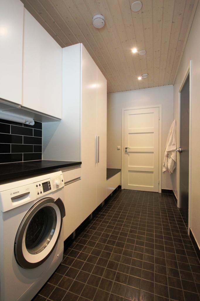 tumma lattia, valkoinen ovi  Kodinhoitohuone  Pinterest