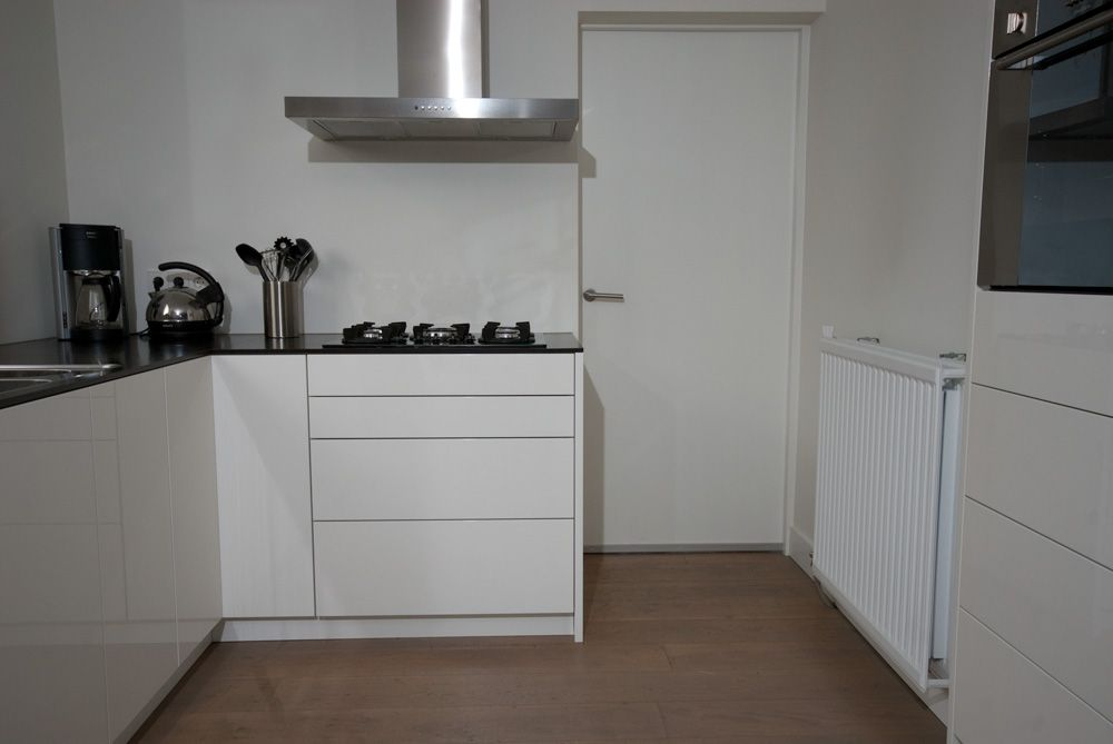 Hoogglans keuken kleur ral 9010 met 12mm dik kunsstof blad greeploze deuren en laden - Deco keuken kleur ...