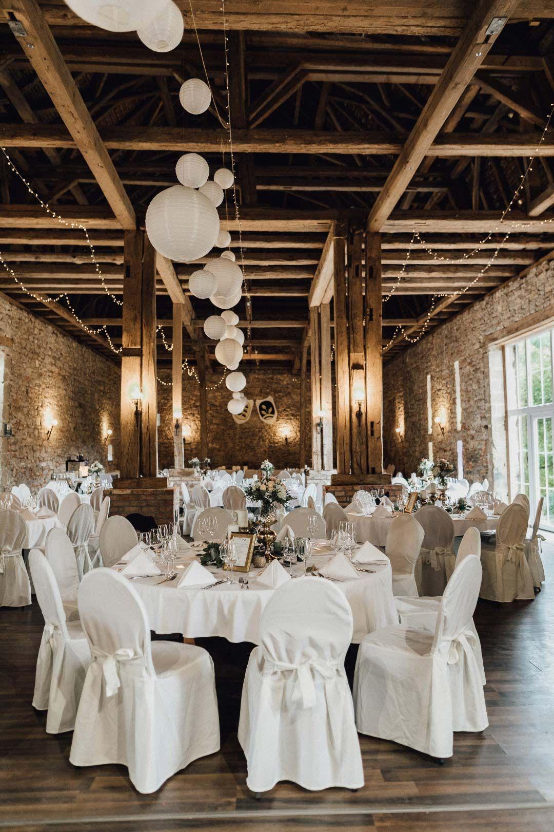 Hermoso lugar para la fiesta de bodas con mesas redondas en un …