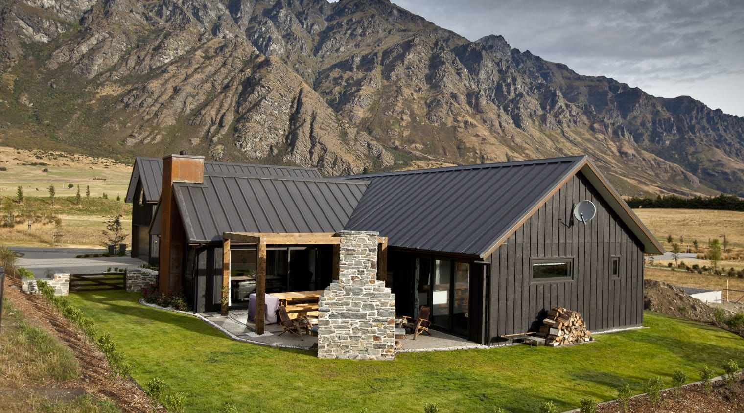 Show Home At One With The Landscape Shed Houses Black