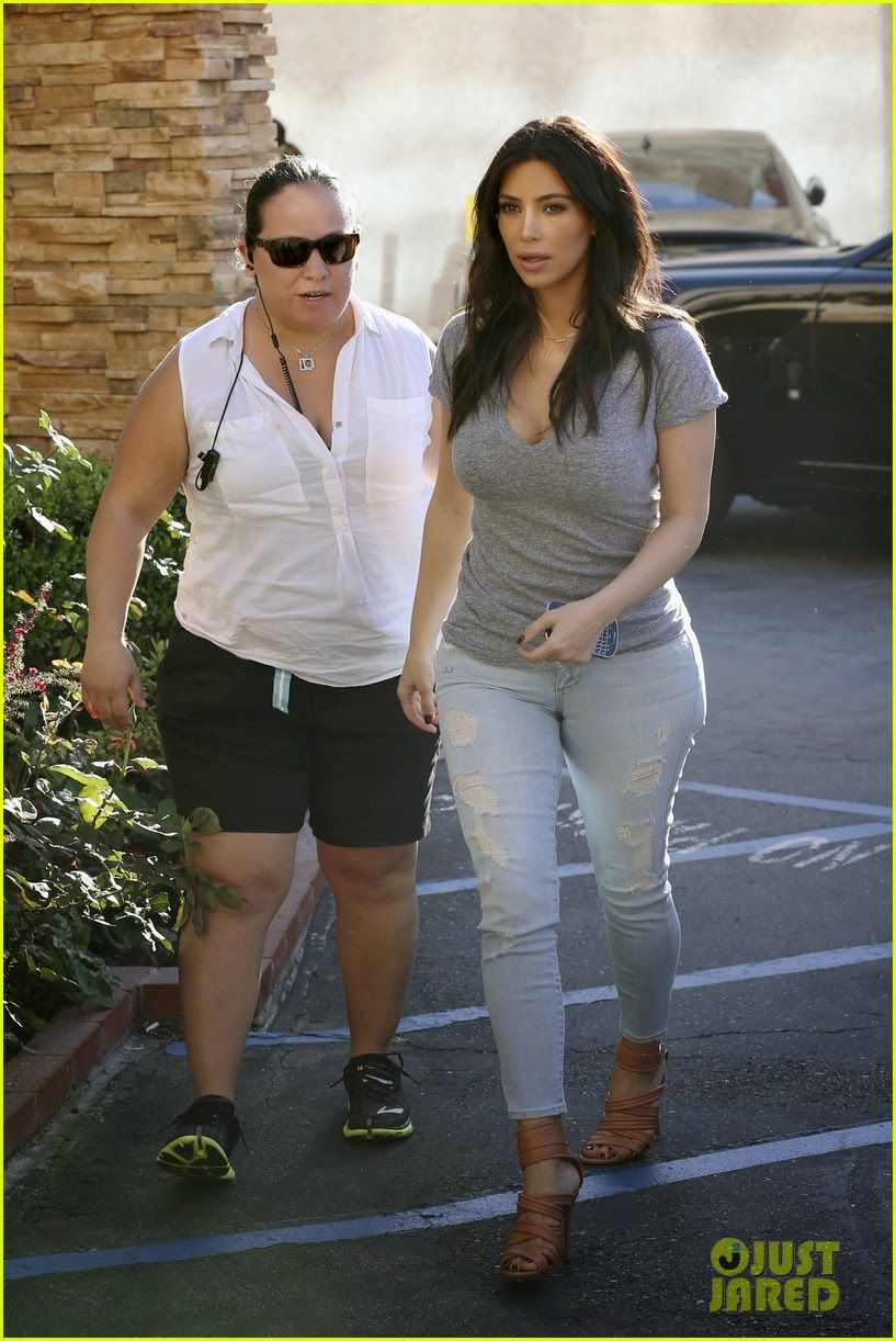 Kim Kardashian heads into a nail salon to meet up with her sister ...