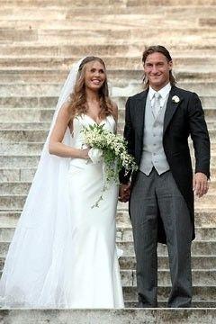 Bouquet Sposa Ilary Blasi.Totti Cane Bagnino Totti Ilary Blasi Matrimonio Abiti Da Sposa