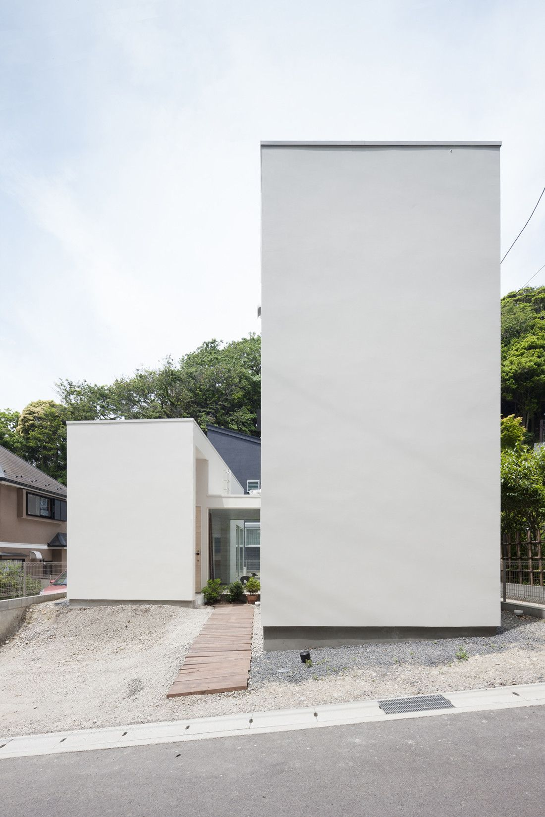 the walls of this house in Tokyo by Japanese studio Apollo ...