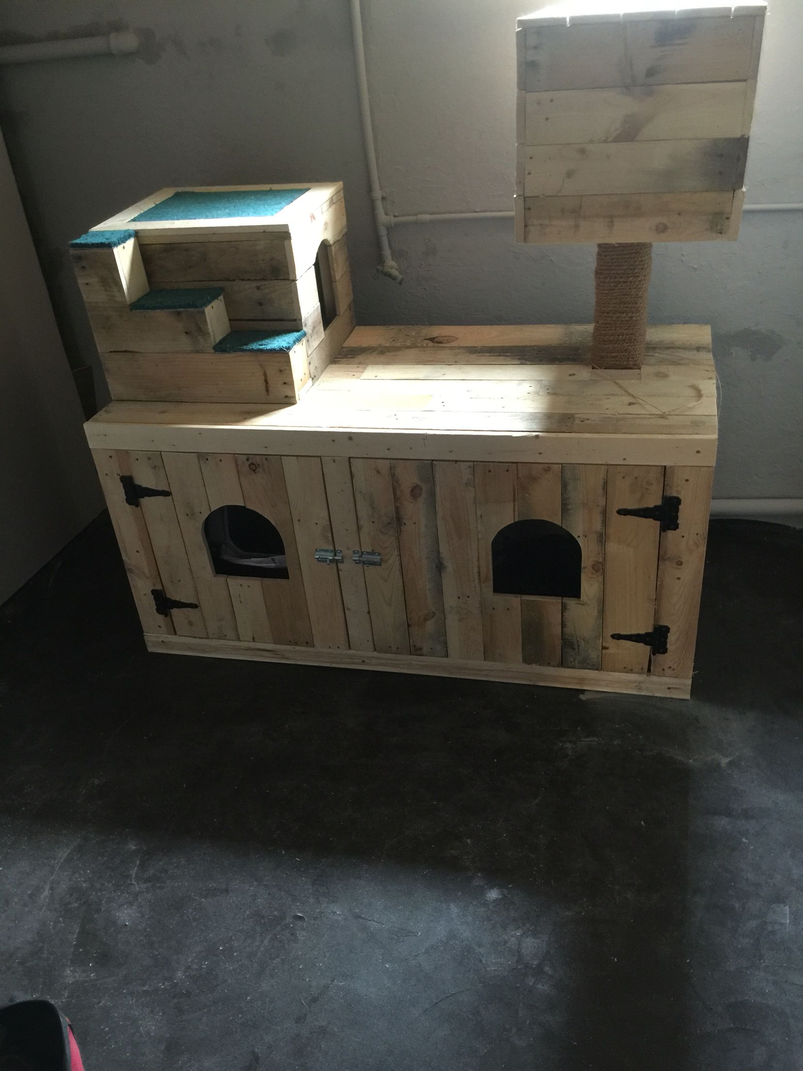 In Process Cat Litter Box Enclosure And Hideaways Using Pallet Wood Hiding Cat Litter Box Cat Litter Tray Litter Box Furniture