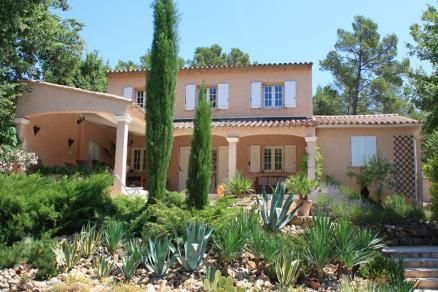 """""""Le Mas des Pignes"""" (Le Thoronet) Charmante, landelijk gelegen Provencaalse villa met privé zwembad. Veel privacy als gevolg van landelijke ligging aan de rand van een wijngaard met uitzicht op de achterliggende heuvels. Stijlvolle en gezellige inrichting. Mooi onderhouden mediterrane tuin met verschillende niveau's en met een optimale zonligging. Deze villa is geschikt voor 5 personen."""