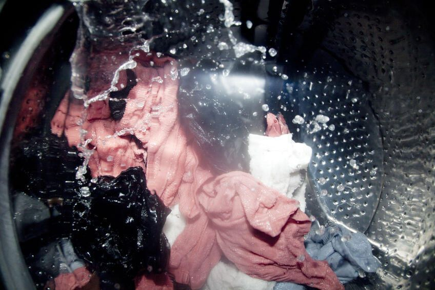 ナイロン素材の服はどう洗濯する 洗濯方法や注意点を紹介 暮らしの知識 オリーブオイルをひとまわし 2020 カビ 除去 掃除 洗濯機