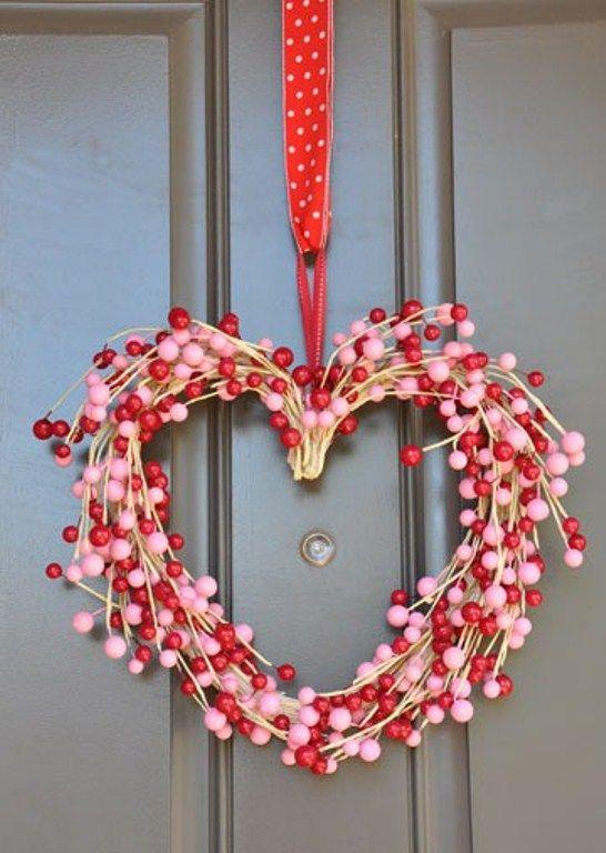 30 Idees De Couronnes Et Guirlandes Pour Votre Deco Saint Valentin Valentijnsdag Kransen Valentijn Decoratie