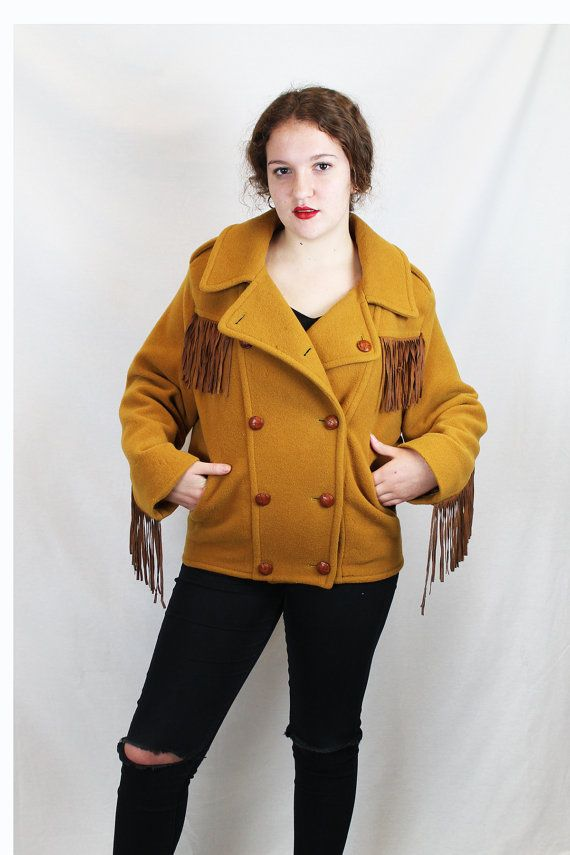 Chaquetón vintage estilo militar cowgirl. 80's con flecos. Material: lana. Talla M-L. Hecho en Alemania. Color ocre, con bolsillos y forro.