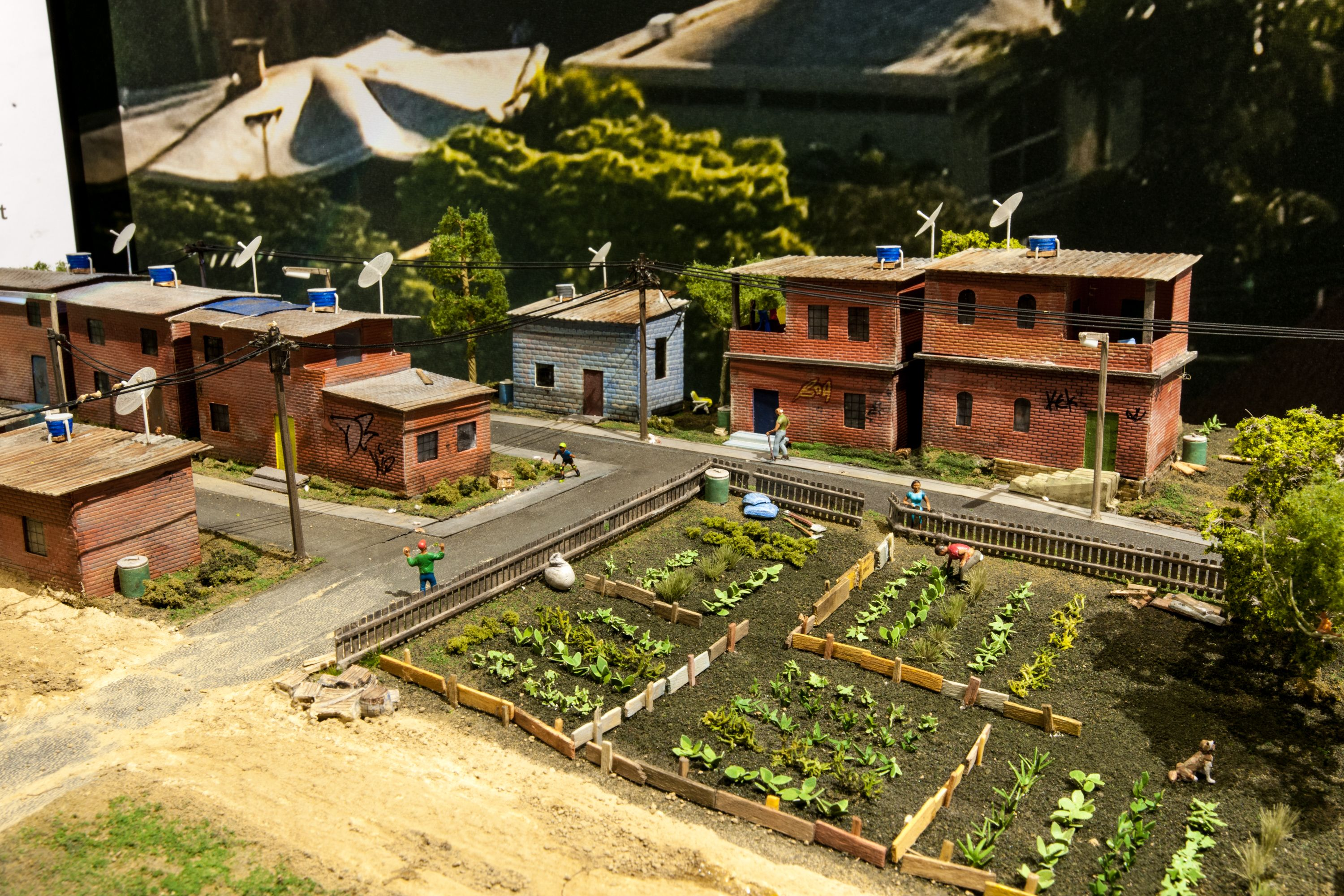 This diorama shows a neighborhood on the outskirts of Belo