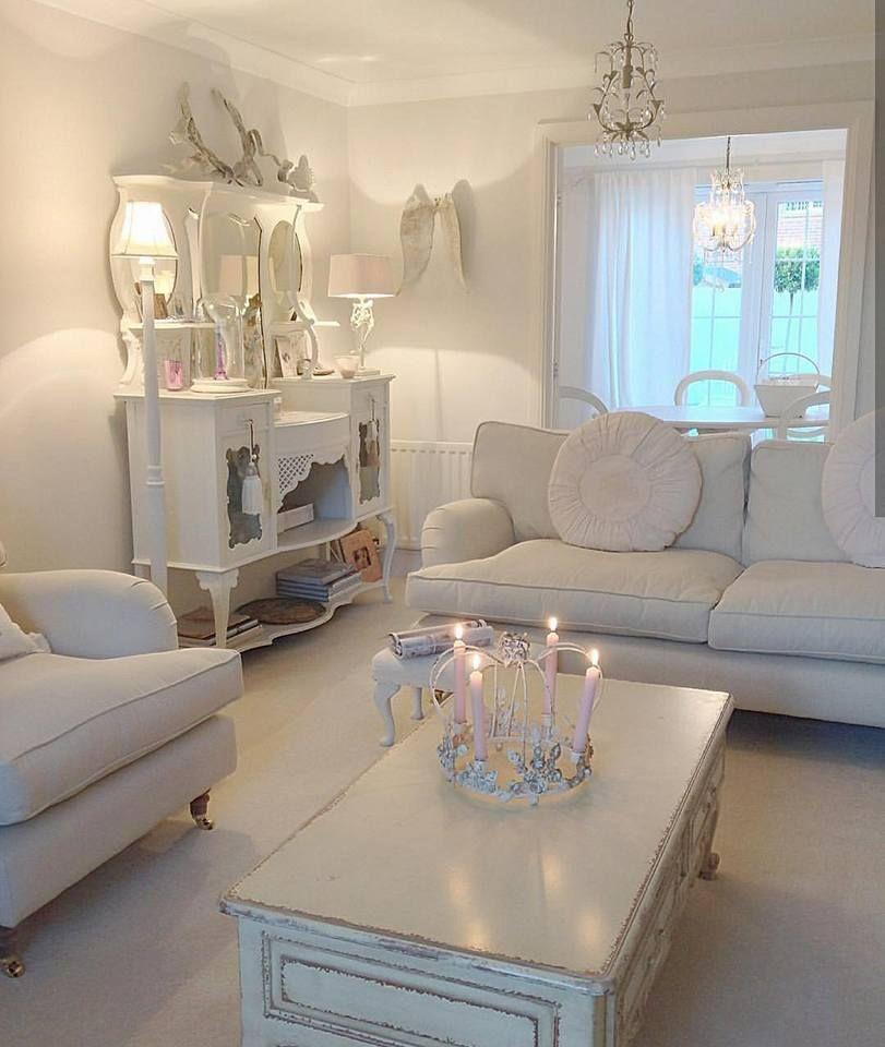 L\'immagine può contenere: salotto, tabella e spazio al ...