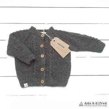 Asta & Alfred cardigan med snoninger strikket i ren alpaca uld. Cardiganen findes i flere skønne farver; støvet lilla, natur, grå, brun, blå og grå.