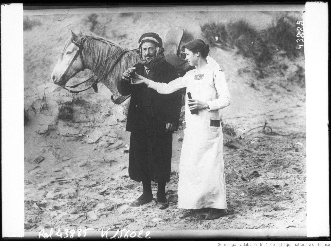 Jeune fille belge donnant à boire à un turco [tirailleur algérien] : [photographie de presse] / [Agence Rol]