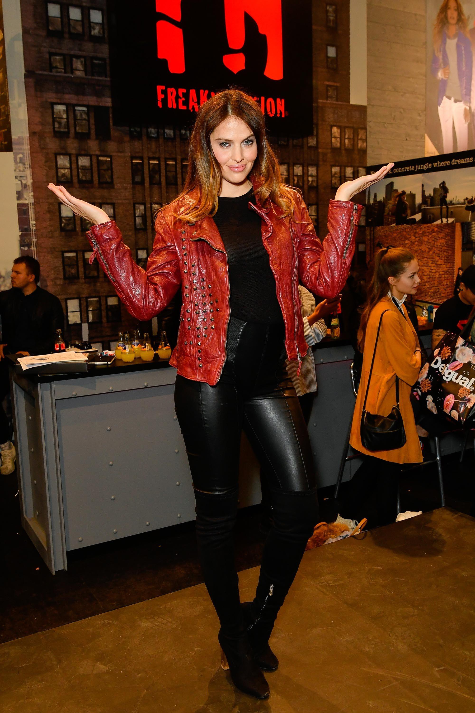 Kompletná špecifikácia produktu FREAKY NATION sukňa Lisa čierna, porovnanie cien, hodnotenia a recenzie FREAKY NATION sukňa Lisa čierna.
