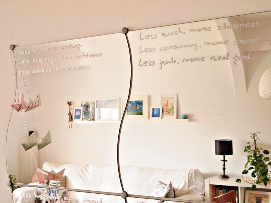 Espelhos com frases inspiradoras escritas. As frases são escritas com caneta permanente prateada.