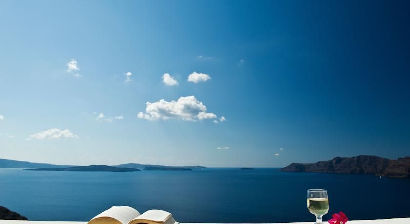 Nikos Villas offer a wide choice of accommodations ranging from studios and apartments to luxurious suites.