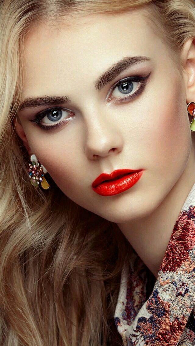 La chica con hermosos ojos mamada