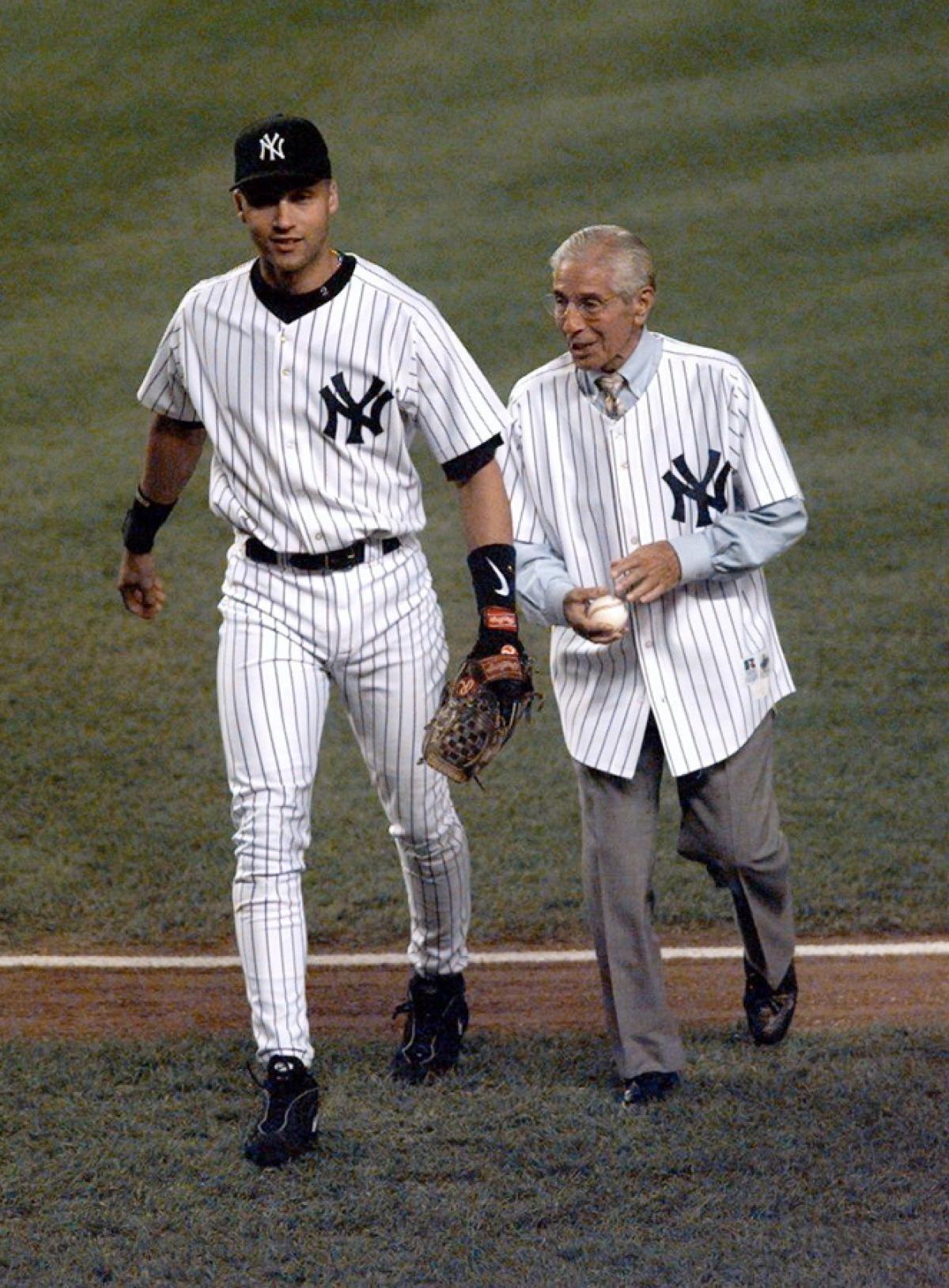 1998 Jeter Still Just 24 Is Already Making His Mark As An All Time Great Yankee Shortstop In The Ve Derek Jeter New York Yankees Baseball Baseball Records
