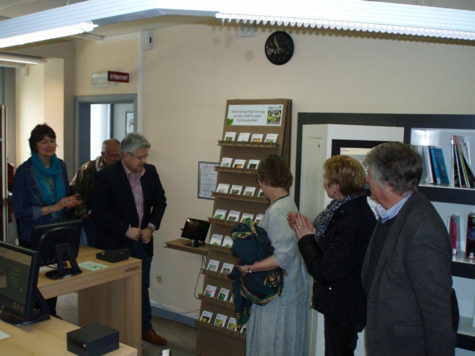 Gazet van Hove: Op zaterdagvoormiddag 7 maart jl. ging er in de gemeentelijke bibliotheek aan de Kapelstraat 8 de officiële opening door van de eerste zadenbib(liotheek) in de Antwerpse zuidrand.
