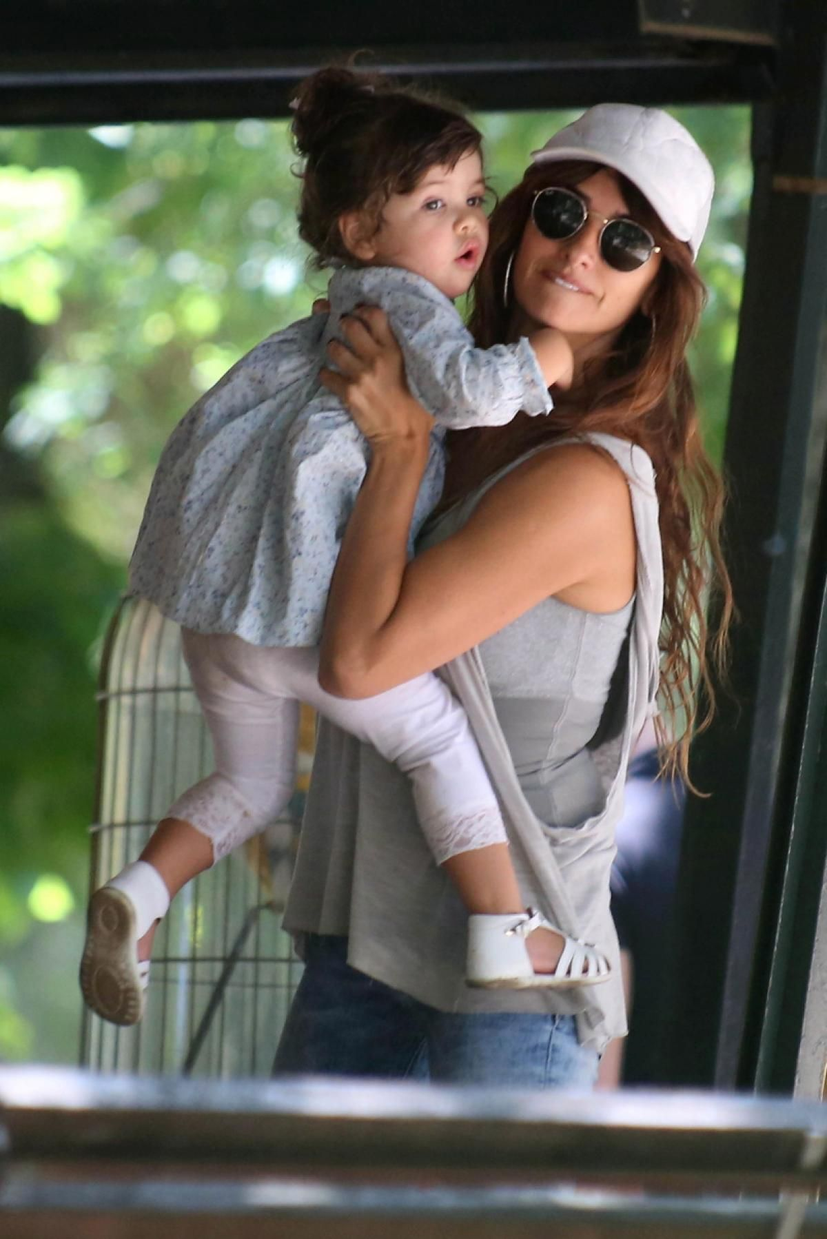 Penélope Cruz and her daughter Luna.   Mothers and ...