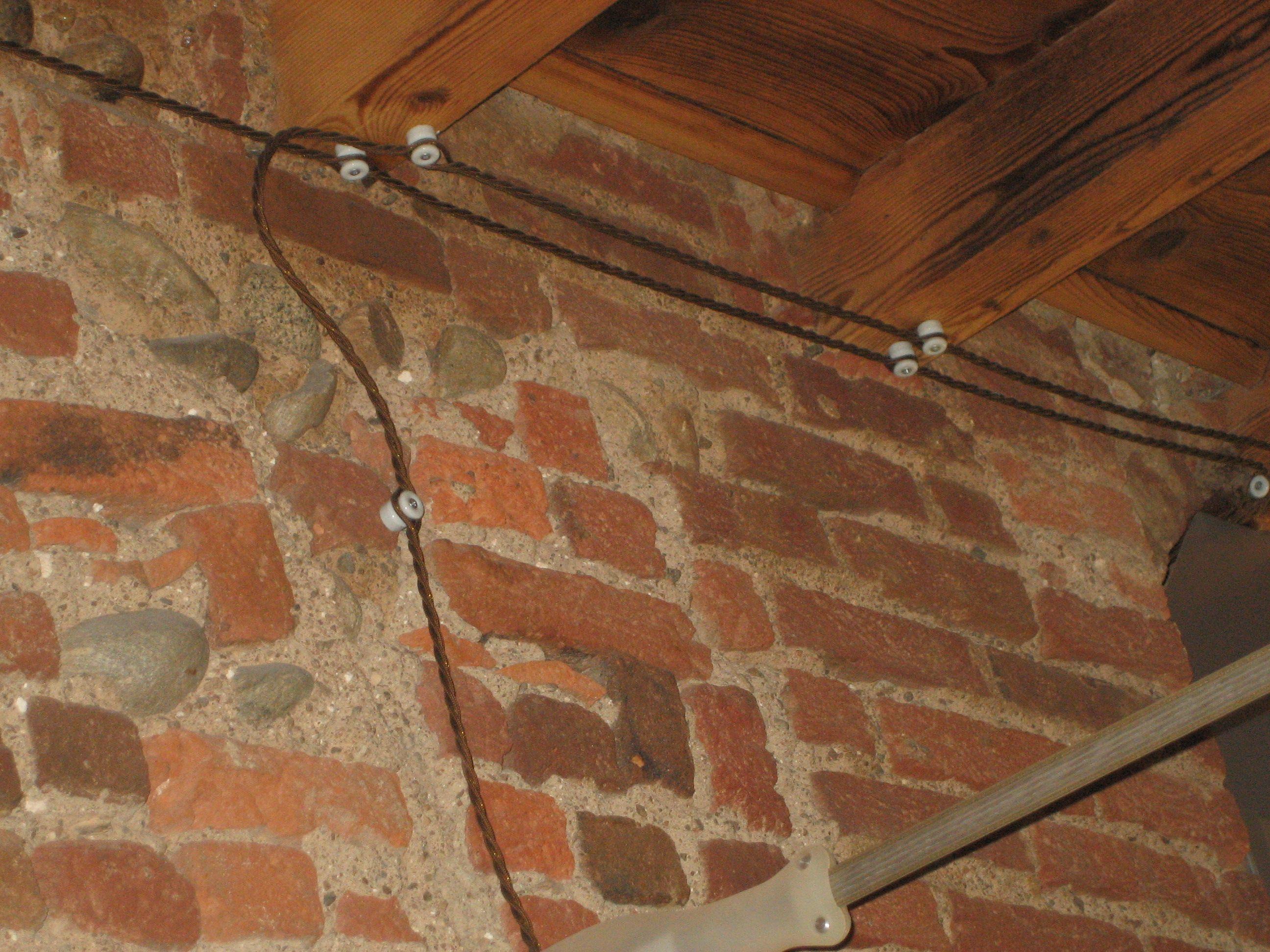 Impianto elettrico con isolatori in porcellana e cavo elettrico intrecciato in tessuto colorato - Impianti elettrici a vista per interni ...