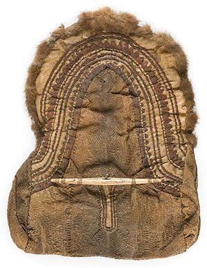 Eskimo saco de pele de peixe, Norton Sound, com um fecho de osso esculpido e incisão, no último trimestre do século 19.  Imagem cedida LiveAuctoneers.com Arquivo e da Cowan Auctions Inc.