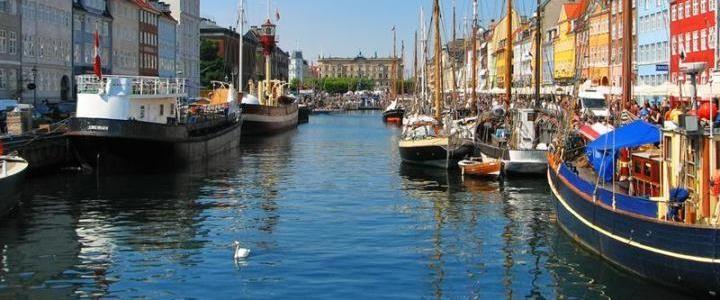 Masallarıyla dünyaca ünlenmiş Hans Christian Andersen'in rengârenk evini, muhteşem mimariyle göze çarpan birçok tarihi yapıyı ayrıca bir o kadar da post modern ve modern yapıyı içerisinde barındıran Kopenhag en fantastik görünümlü şehirlerden birisidir. #Maximiles #Avrupa #European #travel #traveling #gezi #vacation #visiting #gezirehberi #tourism #tourist #turizm #turizmyerleri #historic #history #historical #tarih #tarihi #culture #kültür #farklıkültürler #şehirrehberi #Kopenhag…
