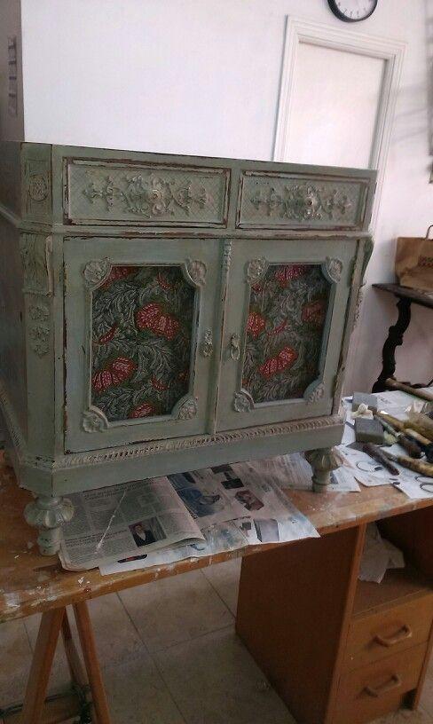 Mesilla de noche recogida de un trastero y trabajada con pintura a la tiza y terminada con cera color cerezo