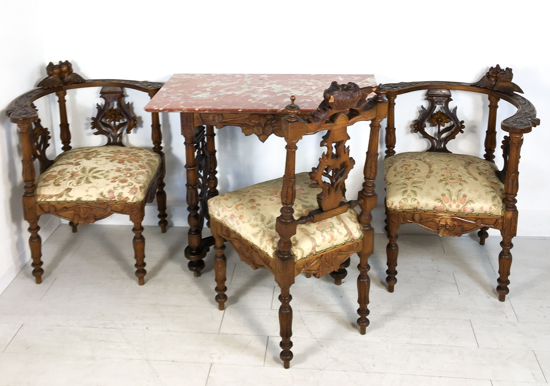 Salotto in legno massello di noce scolpito, composto da un ...
