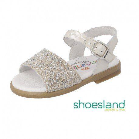 e0a4a6b8472 Adorables sandalias para niña de charol beige con detalle de pedrería y  cierre de hebilla de