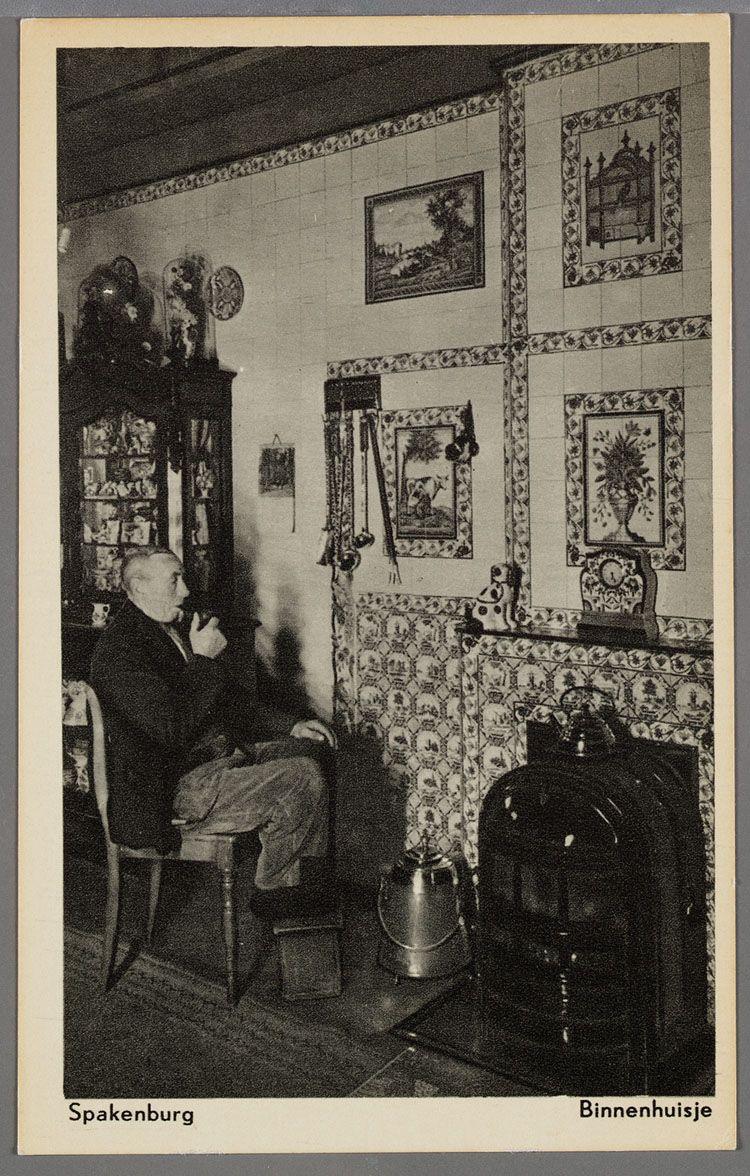 Interieur met een man zittend met voeten op een stoof, bij de ...
