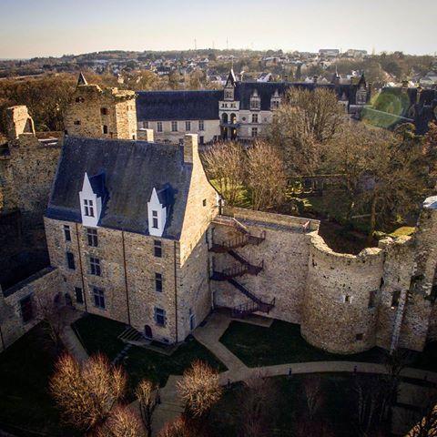 117- Le grand logis château chateaubriant, côté Haute-Cour, avec la tour démolie de la courtine du Châtelet d'entrée. - § CHÂTEAUBRIANT: .. de la Tousche-Aubin (en 1667), de la Bossardière (en 1675), Rondel (en 1685), Yves Haicault, sieur du Breil (en 1689 et en 1693 avec le titre de maire), Toussaint Haicault, sieur de la Jambuère (en 1703), Lerais, sieur des Guillardais (en 1718), René Yrou, sieur de la Cantrais (en 1721), Jolly de la Roussière ( en 1723), Joseph Yrou de la Buffrais,...