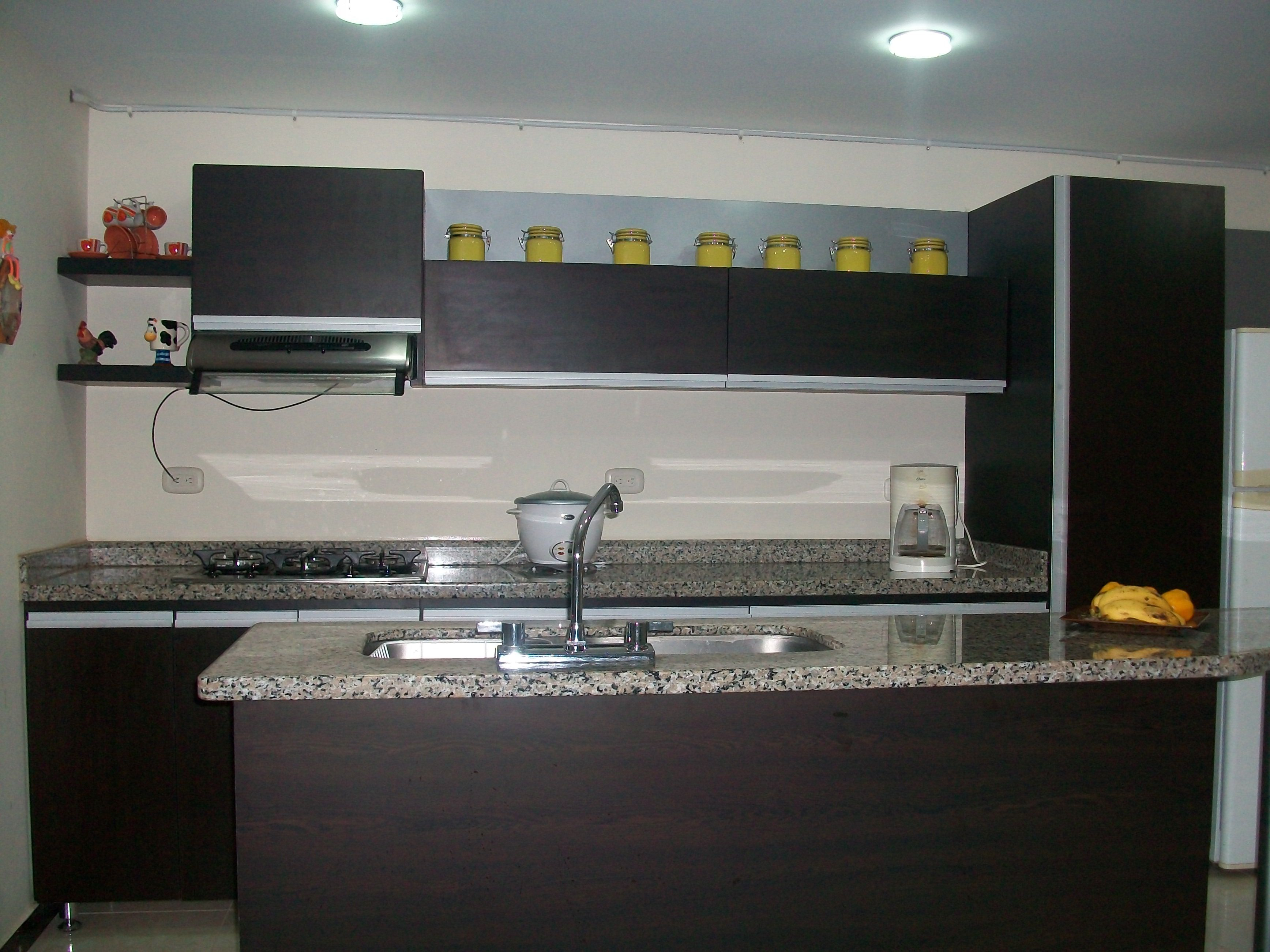 C g arte y decoraci n cocina con meson en granito natural for Enchapes cocinas modernas