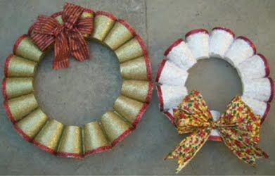 Manualidad navide a corona de navidad con vasos de - Manualidades con vasos de plastico ...