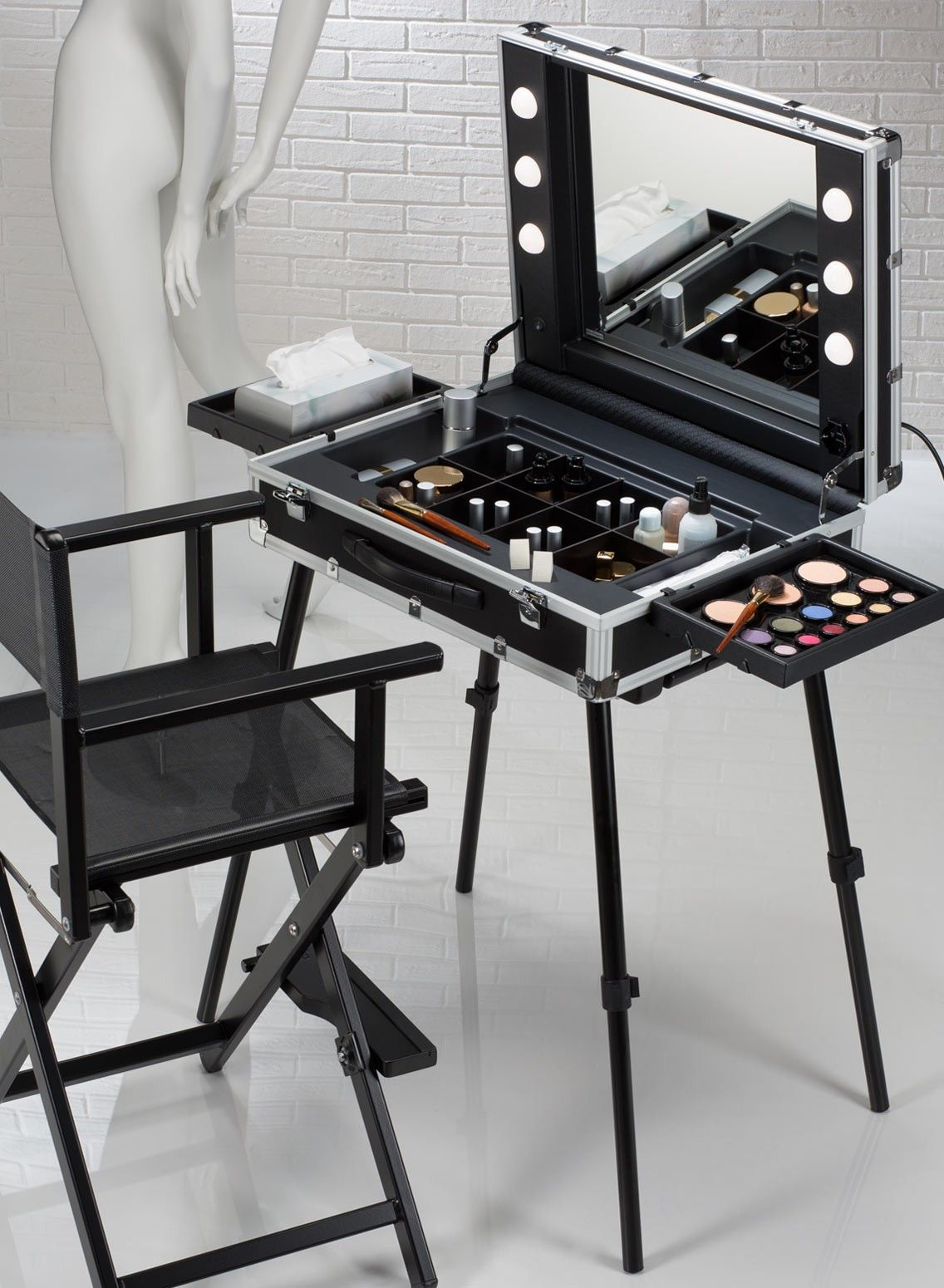 Light and easy transportable professional make up station. From trolley case to make up case in less than 40 secs. Starting from € 590.00 original mod.VT.BE Cantoni