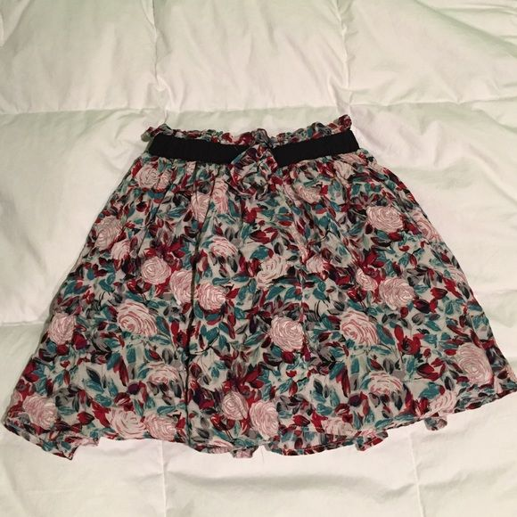Floral skirt Beautiful floral skirt with elastic waistband and cute tie. Only worn once for one event. Skirts Circle & Skater