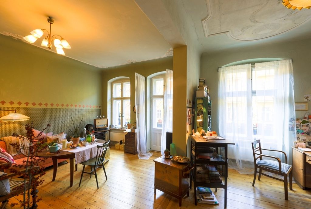 Schöner großer Ess-/Wohnbereich in einer Altbauwohnung in Berlin - esszimmer im wohnzimmer