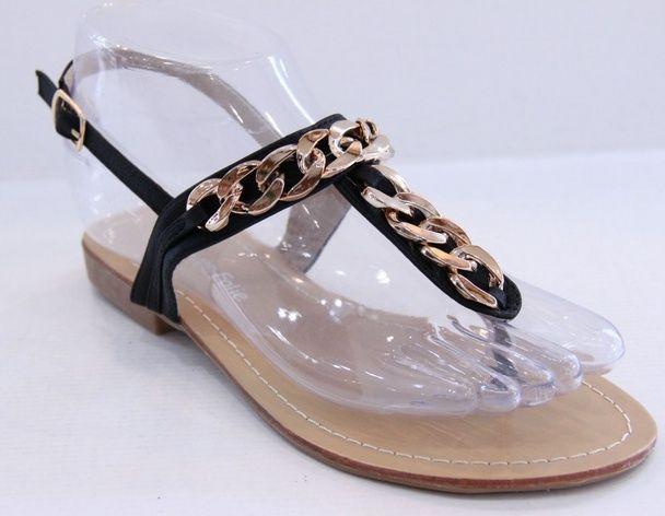 Zwarte sandalen met gouden ketting | Schoenen | DamesTic Mooie zwarte sandalen met een sjieke gouden ketting op de voorzijde, voorzien van een gespje.  Verkrijgbaar in de maten 36 - 41.  (let op: de slipper valt kleiner uit, heb je bijvoorbeeld maat 38, dan kun je beter maat 39 nemen)