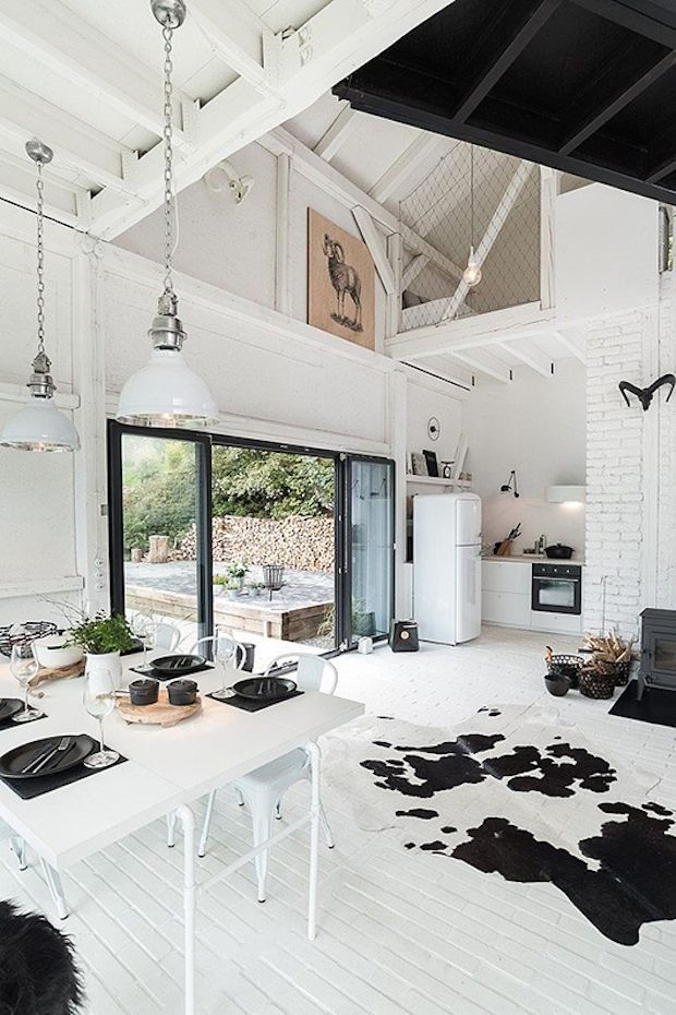 Une jolie grange en noir et blanc | Lofts, Attic bedroom small and ...