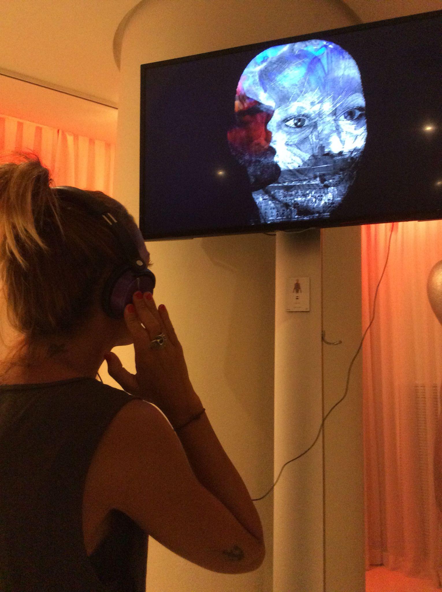 Leticia viendo la Video creación de Rob Loren expuesto en Visiónica. EL HOTEL pacha, Ibiza