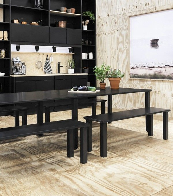 Equilibrio entre la madera de color negro y la luz, y el uso de ambos accesorios modernos y clásicos crea un look muy fresco y de moda.