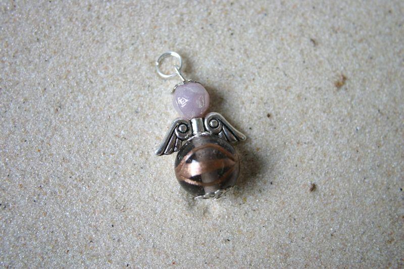 niedlicher kleiner Schutzengelanhänger aus Glasperlen mit Metallelementen    zB als Kettenanhänger, fürs Handyband oder einfach als kleines Highlight