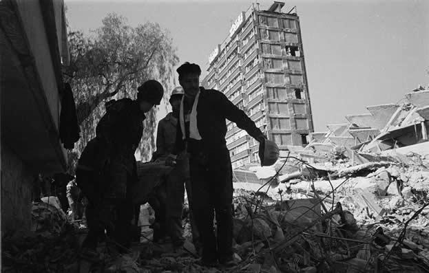 Ante la catástrofe, la población civil se organizó y participó activamente en labores de búsqueda y rescate de los sobrevivientes.