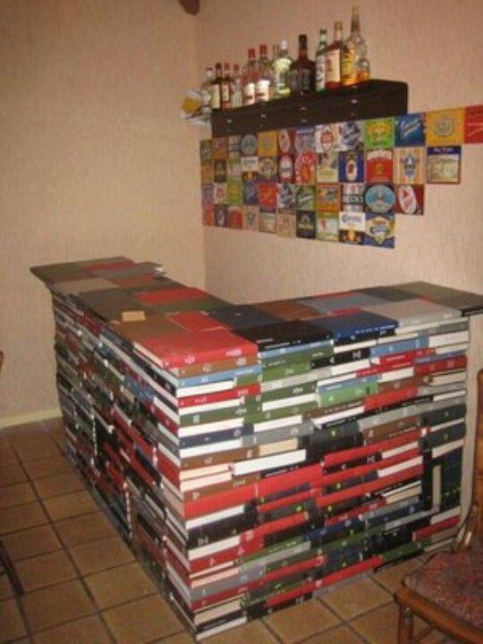 Barra hecha con libros.