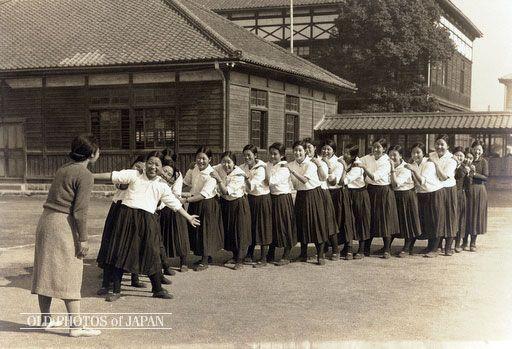 Japanese girl students, 1935. OLD PHOTOS of JAPAN: 「とうりゃんせ」の遊び 1935年代の岡山
