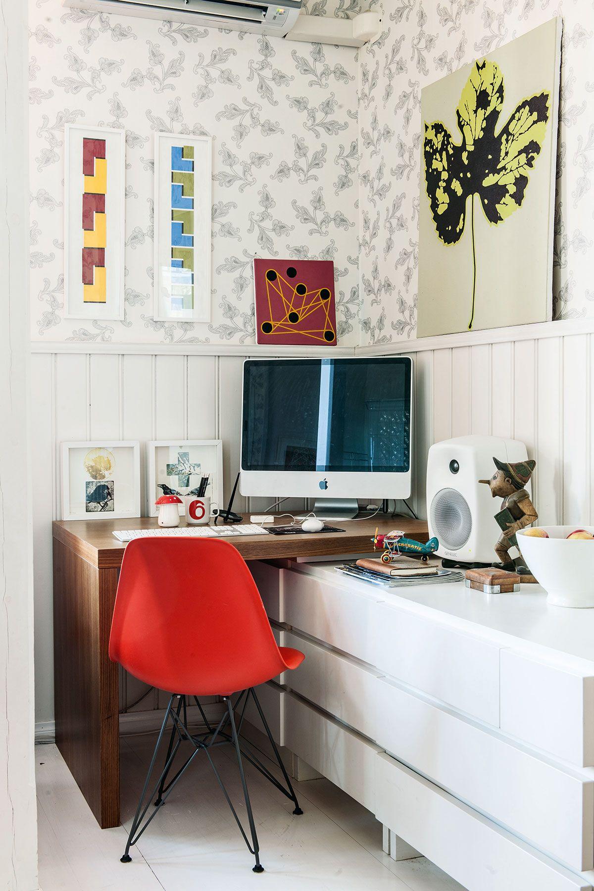 Tinkan kotitoimisto on koottu Muuramen moduuleista ja Vitran tuolista. Tinka tapaa yritysvalmennusasiakkaitaan välillä kotonaankin. Hänen suosikkitaiteilijansa Eila Kinnusen värikkäät taulut tuovat sielukkuutta sisustukseen.